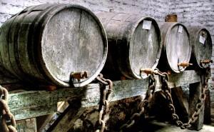 Antiguas barricas roble donde añejar whisky